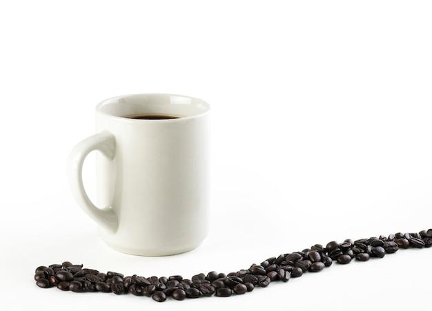 Café preto americano com grãos de café isolados no branco