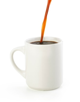 Café preto americano isolado no branco