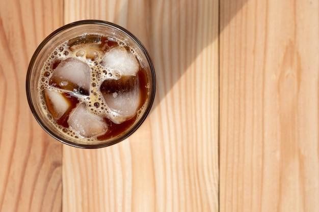 Café preto americano na mesa de madeira pela manhã. café gelado.