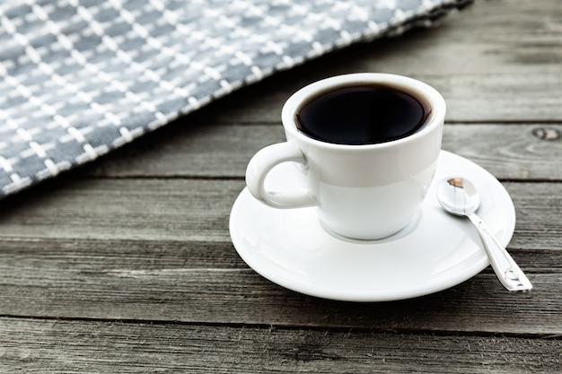 Café preto americano na mesa de madeira