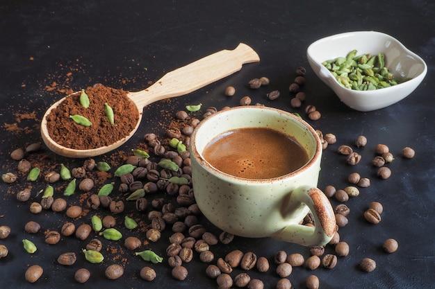 Café preto com cardamomo. café árabe tradicional.