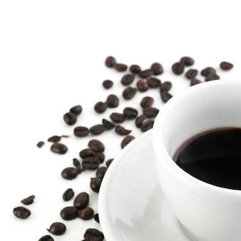 Café preto com grãos isolados no branco
