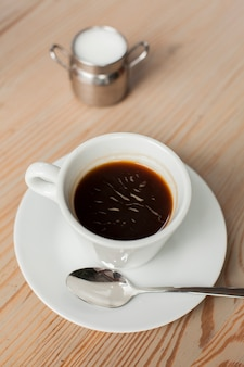Café preto com leite na mesa na loja de café