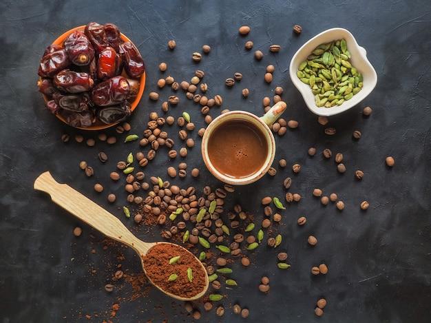 Café preto com tâmaras e cardamomo. café árabe tradicional.