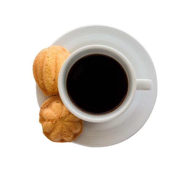 Café preto e pão na toalha branca