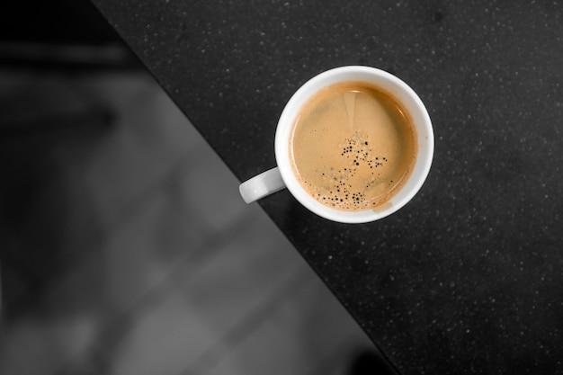 Café preto em copo branco, colocar em mesas de café