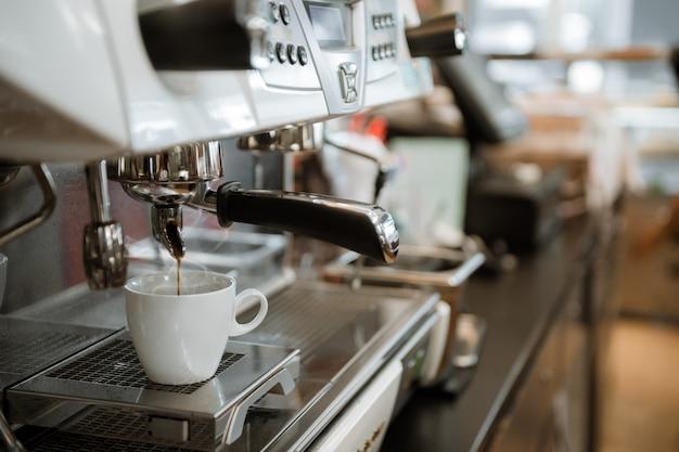 Café preto em copo branco colocar na cafeteira