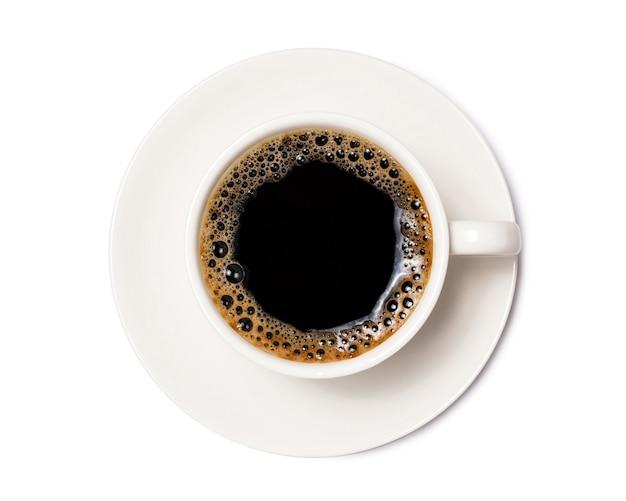 Café preto em uma vista superior da xícara de café isolada no branco. com traçado de recorte.