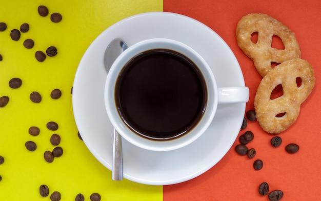 Café preto em uma xícara de café branco sobre um fundo brilhante. vista superior, configuração plana, copie o espaço. café e bar, conceito de arte barista. café natural ou instantâneo feito na hora em uma xícara. fundo de café.