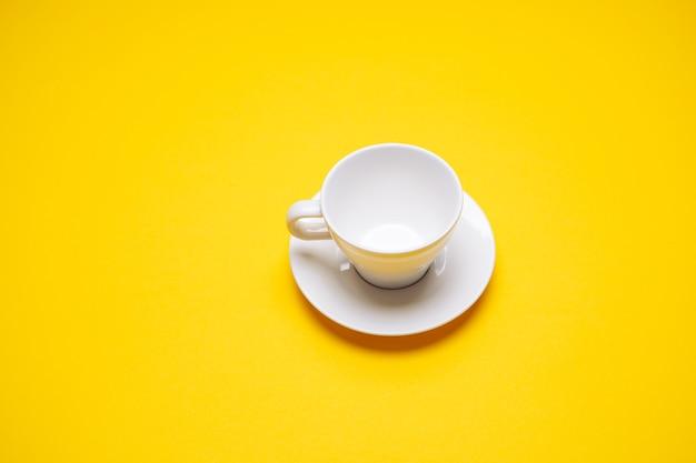 Café preto em uma xícara em um fundo amarelo