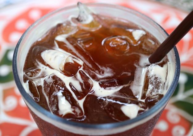 Café preto gelado com muitos cubos de gelo, foco seletivo com fundo desfocado