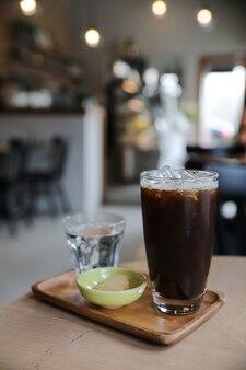 Café preto gelado na mesa da cafeteria