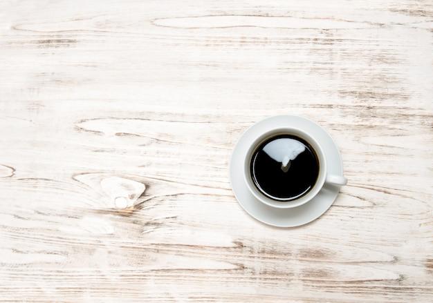 Café preto na mesa de madeira. natureza morta em estilo vintage com espaço de cópia