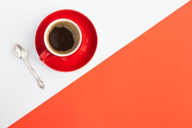 Café preto na xícara vermelha no bicolor