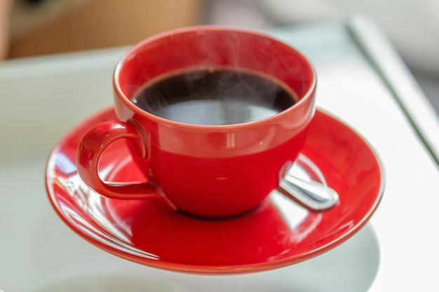 Café preto no filhote vermelho