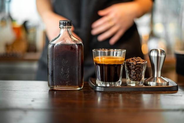 Café preto no tiro pequeno.