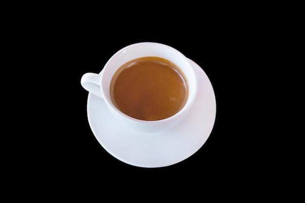 Café preto ou café quente no copo branco com fundo preto.