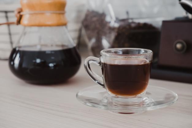 Café preto quente está pronto para beber.