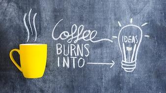 Café queima em lâmpada de ideia desenhada com giz na lousa