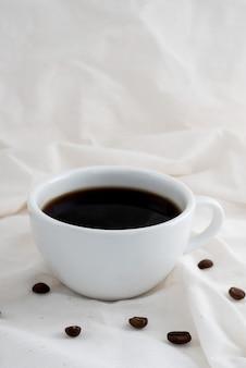 Café quente ao redor com feijão no vintage