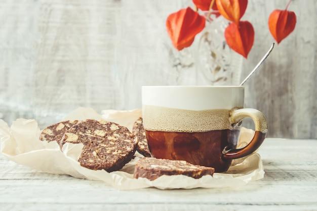 Café quente com bolo frita. foco seletivo.