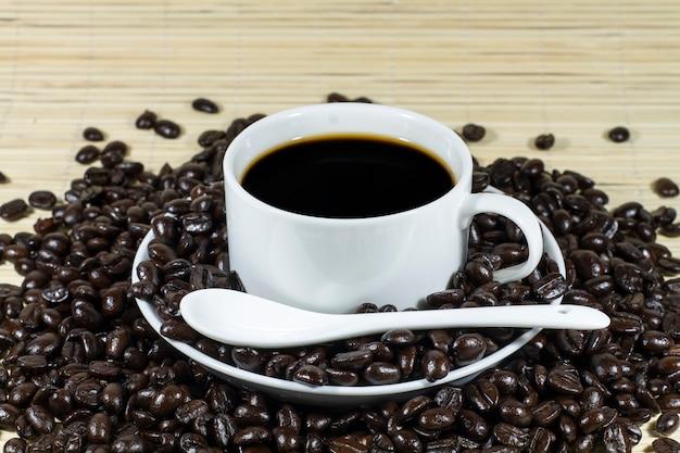 Café quente com decoração de grãos de café torrado