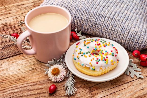Café quente com um donut