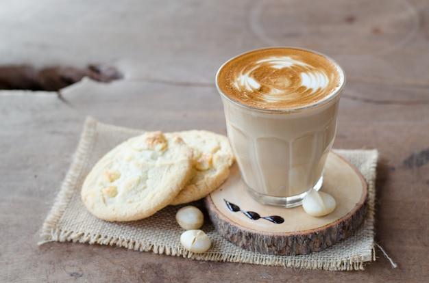 Café quente e biscoito de macadâmia com chocolate branco