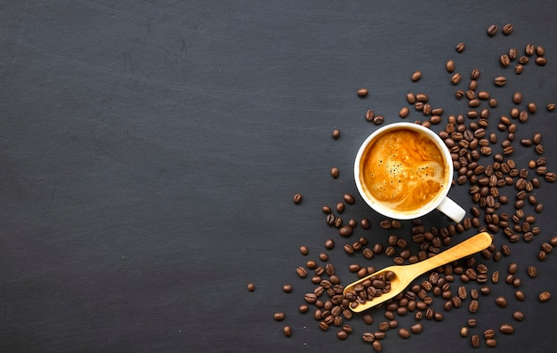 Café quente e feijão na mesa de madeira