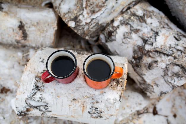 Café quente em canecas aconchegantes. inverno. piquenique na natureza.