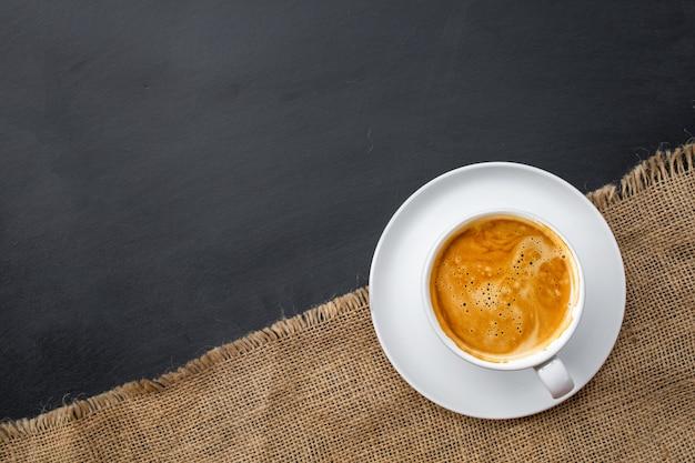 Café quente em copo branco de saco