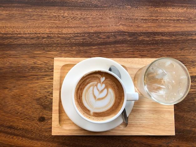 Café quente em uma xícara com espuma de leite