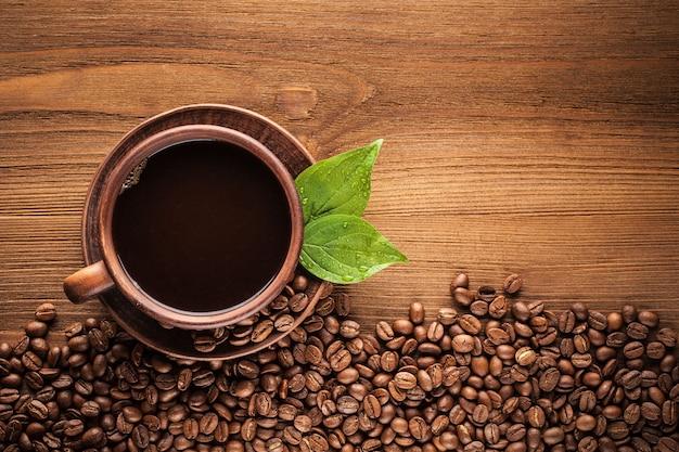 Café quente em uma xícara de barro.