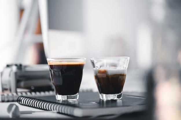Café quente em uma xícara na mesa do computador