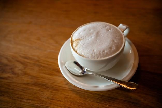Café quente fresco por vista superior na mesa de madeira.