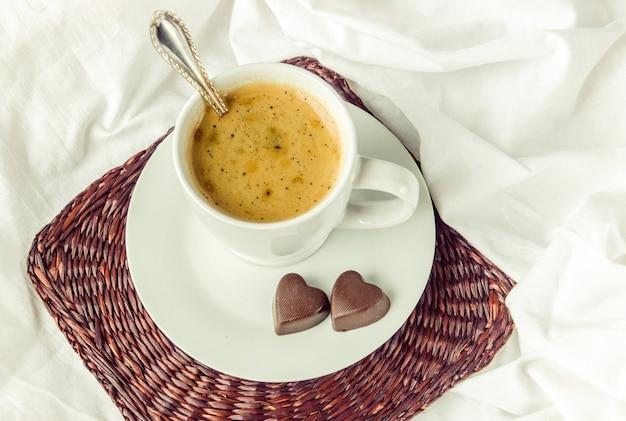 Café quente na cama. foco seletivo.