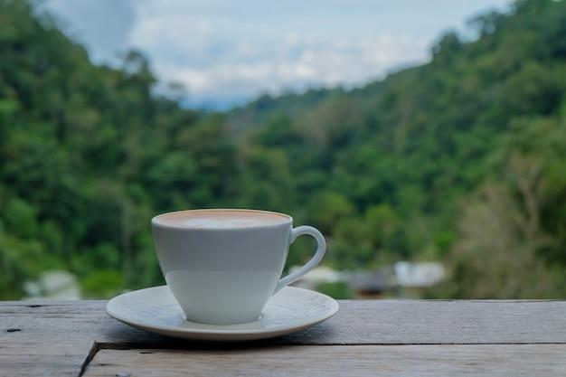 Café quente na madeira.