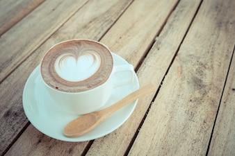 Café quente na mesa de madeira