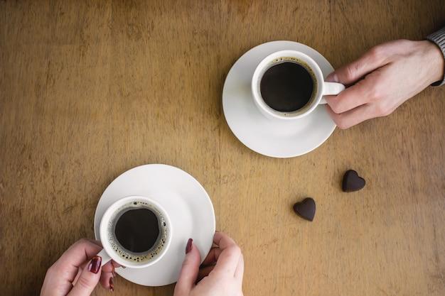 Café quente nas mãos. bebidas. foco seletivo.