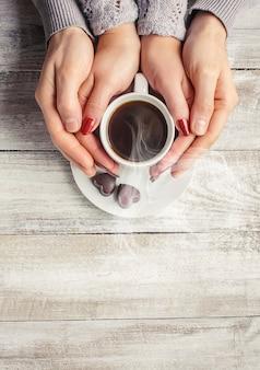 Café quente nas mãos de um ente querido.