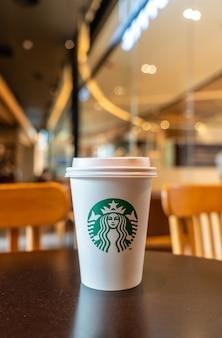 Café quente starbucks com suporte na mesa