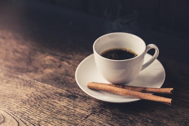 Café quente, xícara de café expresso. café da canela na tabela de madeira.