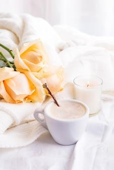 Café romântico de manhã servido para a cama com um buquê de rosas bege no interior de estilo chique gasto