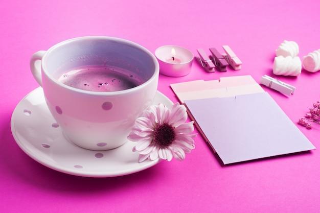 Café rosa, notas em branco