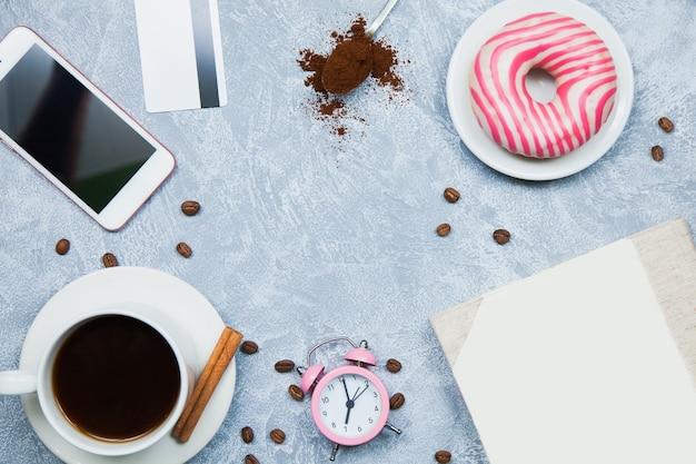 Café smartphone pepitas cartão de crédito, caderno, despertador. conceito freelancer