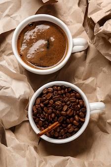 Café sobre a superfície do papel amassado