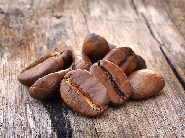 Café sobre fundo de madeira grunge