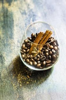 Café sobre fundo de madeira