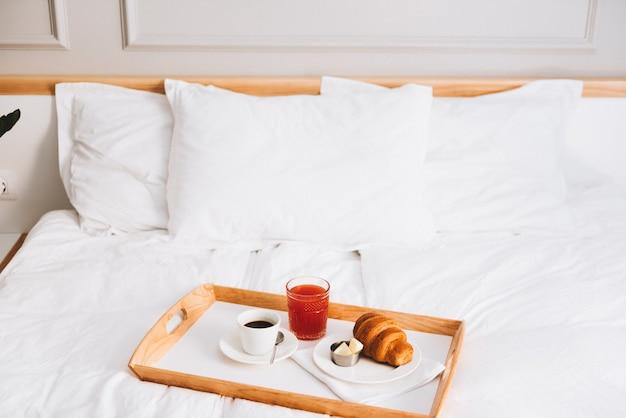 Café, suco de toranja e croissant com manteiga