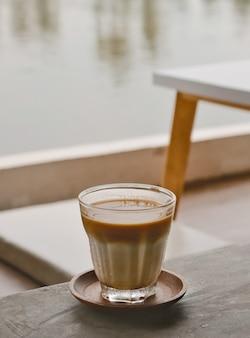 Café sujo gelado na mesa de madeira, tom vintage
